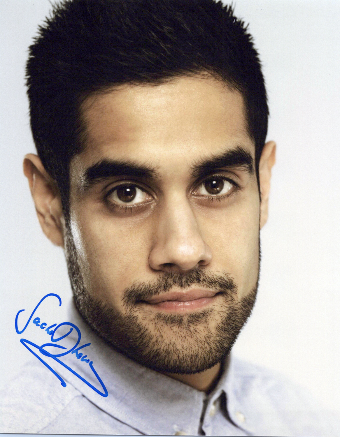 Sacha Dhawan Original Autogramm auf Foto 20x25cm  - 24: Live another Day